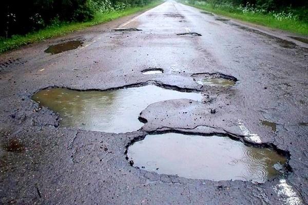 На Тернопільщині службовці списали на ремонт дороги понад  півмільйона гривень