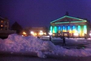 Чому прибрали від снігу Театральний майдан, якщо не прибрали в дворах житлових будинків? (Відео)