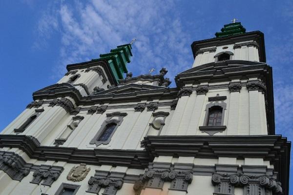 Катедра стоїть на фундаменті давньоруської церкви