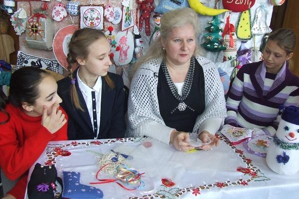 Діти з експериментальної школи мистецтв прикрашають різдвяні іграшки вишивкою (Фото)