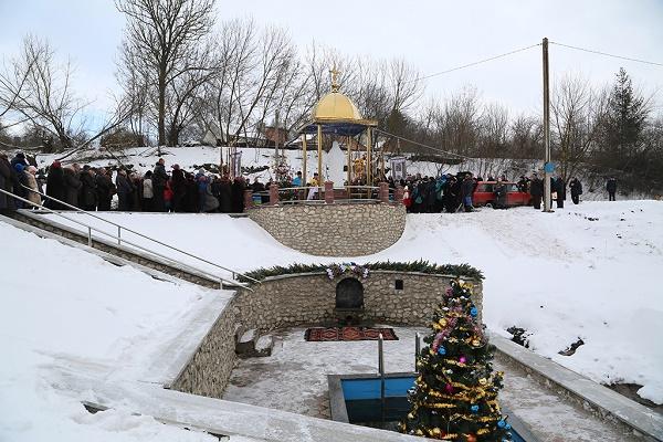 На Підволочищині відновили та освятили прадавнє джерело (Фоторепортаж)