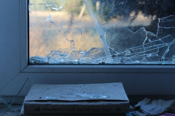 Заліз в аптеку, розбивши вікно рукою
