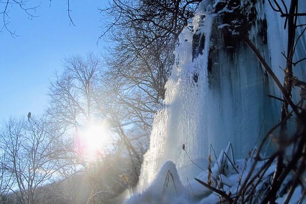 Найвищій в Україні рівнинний водоспад на Тернопільщині замерз (унікальні фото)