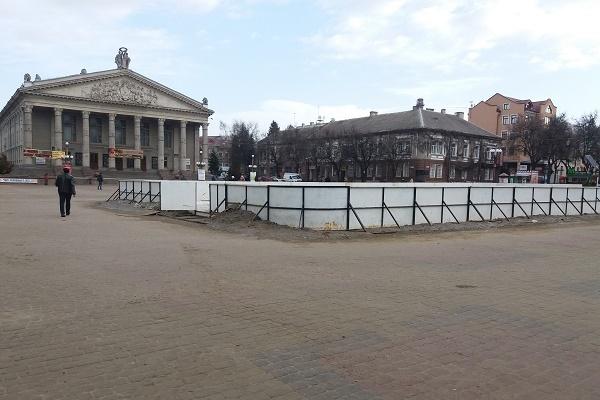 Ковзанка без льоду усе ще стоїть посеред центральної площі Тернополя