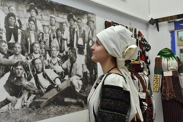 Тернополянок запрошують на майстер-клас з освоєння давньої традиції носіння головних уборів в Україні