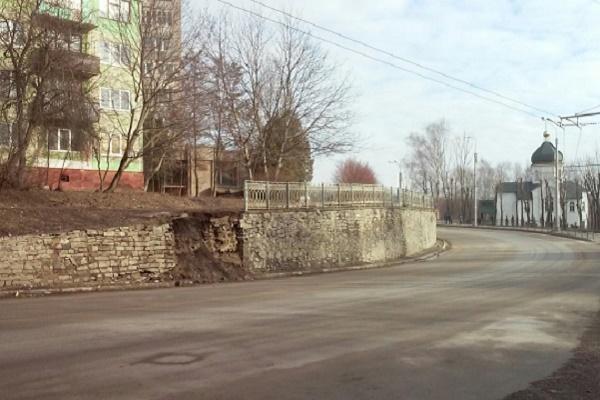 У Тернополі на Дружбі обвалилась підпірна стіна (Фото)