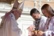 Ігор та Наталія Гуди піднесли Папі Римському літургійну Чашу під час коронації Чудотворної ікони Зарваницької Богородиці у Ватикані