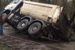 У Тернополі вантажівка провалилася під землю (Фото)