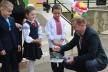 На останньому дзвонику Степан Барна пригощав дітей бісквітами «Барні»: «Ви знаєте як мене звати? Ні? Тоді тримайте, там пише!» (Фото)