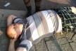 В центрі Тернополя п'яний чоловік влігся посеред вулиці і огризався до перехожих (Фото)