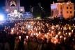 Під час вечірньої неймовірної ходи із свічками у Зарваниці люди молилися за мир в Україні (Відео)