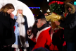 У центрі Тернополя чоловік в образі Діда Мороза освідчився коханій (Відео)