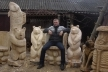 Кременчанин перетворює пеньки на незвичні скульптури, гойдалки та лавки