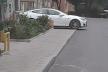 Власник «Тесли» заблокував тротуар, аби зарядити авто від домашньої розетки