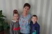 Українка народилася без обох рук, сама виховує двох діток і професійно робить макіяж ногами