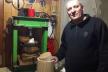 Родина фермерів з Тернопілля вирощує гарбузи та арахіс з яких самотужки виробляють екоолію