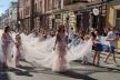 У Тернополі зафіксували рекорд України – найдовший шлейф випускної сукні