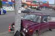 В Тернополі «Жигулі» на великій швидкості втетіли в опору