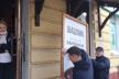 У центрі Тернополя демонтують незаконні рекламні вивіски