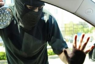 Збройний напад та погоня: у киянина відібрали велику суму грошей