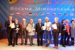 Освітяни з Тернополя отримали золоті медалі та грамоти від міністерства