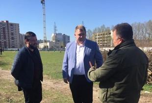 Депутат міськради Віктор Шумада і небайдужі тернополяни прибирають стадіон «Текстерно»