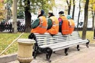Як в Тернополі комунальники фарбують лавки (Фотофакт)