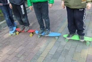 У Тернополі серед білого дня діти катаються на скейтбордах