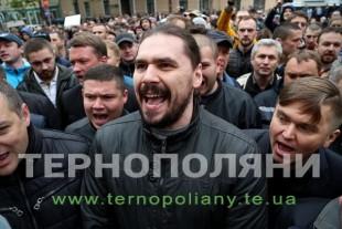 Чому депутати знову пішли стінка на стінку під міською радою Тернополя?