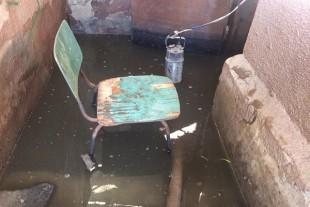 Нема кому ні зливні решітки прочистити, ні воду з підвалу викачати (Фото)