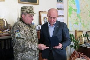 Міський голова міста Попасна передав очільнику Тернополя символічний подарунок