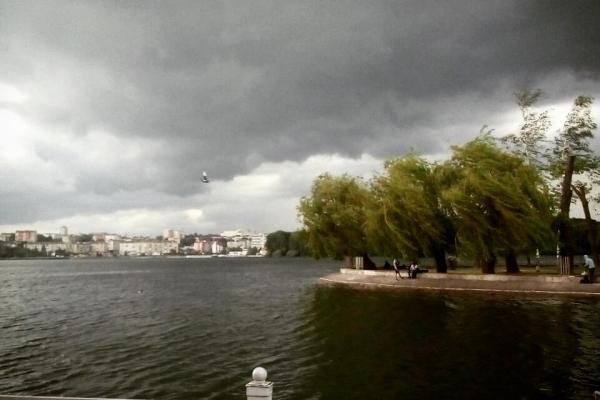Грозовий апокаліпсис у Тернополі: пік обіцяють опівночі (Фото, відео)