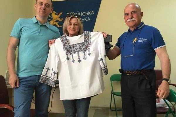 Вишиванка у подарунок: УГП в Тернополі нагадала про традиції, які розпочались з Галичини