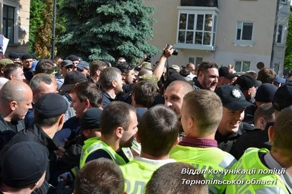 Біля міської ради у Тернополі знайшли ніж і газові балончики