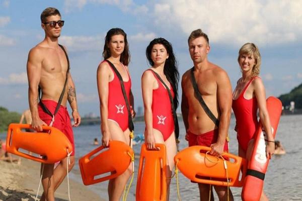 У Києві з'явився пляжний патруль: міцний торс та червоні бікіні