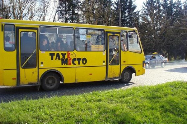 У Тернополі з автобуса випала жінка