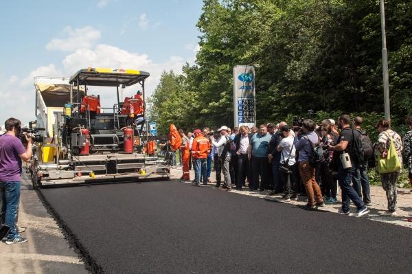 На Тернопільщині завдяки співпраці митників з шляховиками роблять дорогу