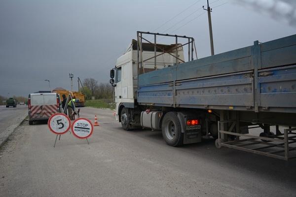 Поліцейські обстежували дороги та шукали вантажівки-порушники