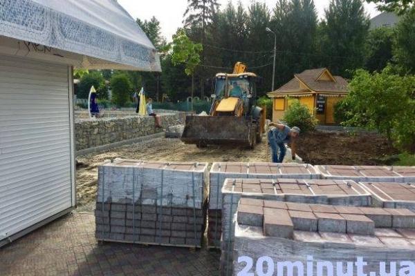 Ремонтують аварійну стіну навколо острівка «Чайка»