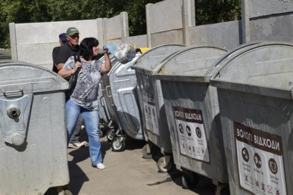 У Києві зі сміттєвого бака дістали голого чоловіка (Відео)