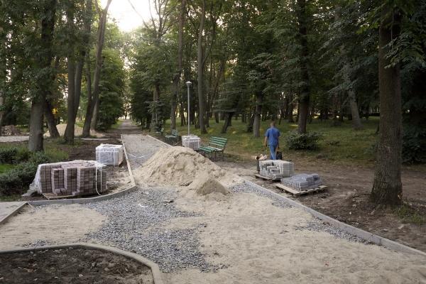 У Старому парку встановлюють дитячий та спортивний майданчики