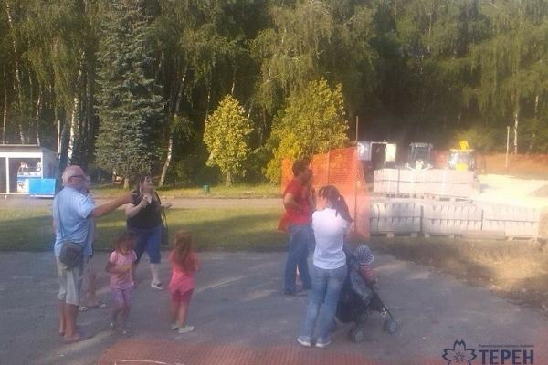 Тернополяни прощаються із радянською тінню в парку «Національного відродження» (Фотофакт)