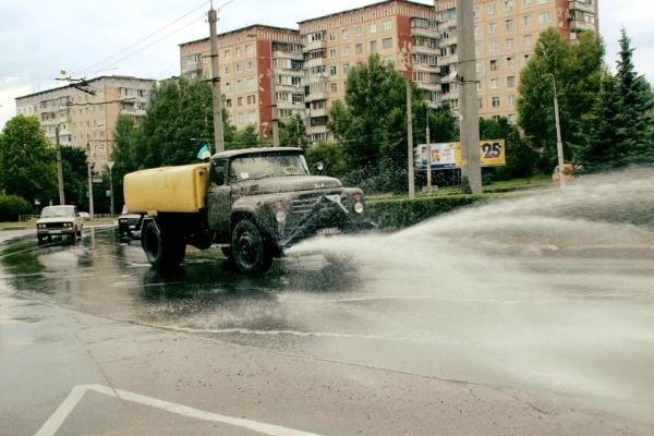 У Тернополі спека. Вулиці поливають водою.