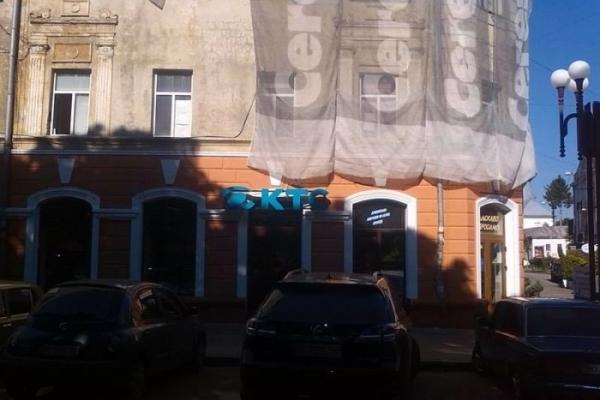 У центрі Тернополя відновлюють магазин після пожежі