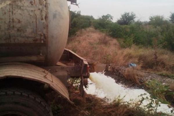 Відходи з молокозаводу виливали одразу біля дороги на Збаражчині