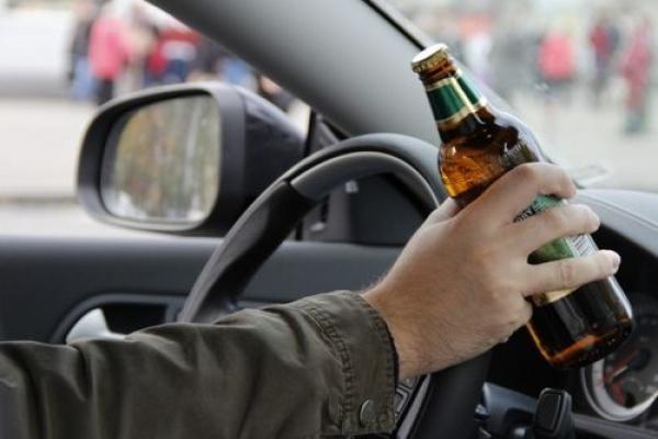 Водій за кермом вживав алкоголь під час перевірки документів патрульними