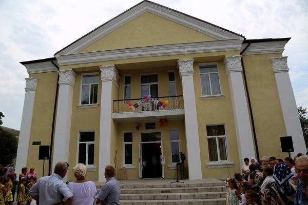 Довгоочікуваний будинок культури на Бучаччині відремонтували з допомогою відомих меценатів та народного обранця (Фото)