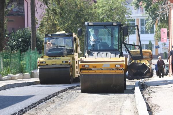 Комунальники завершують ремонтувати дорогу на вулиці Січових Стрільців