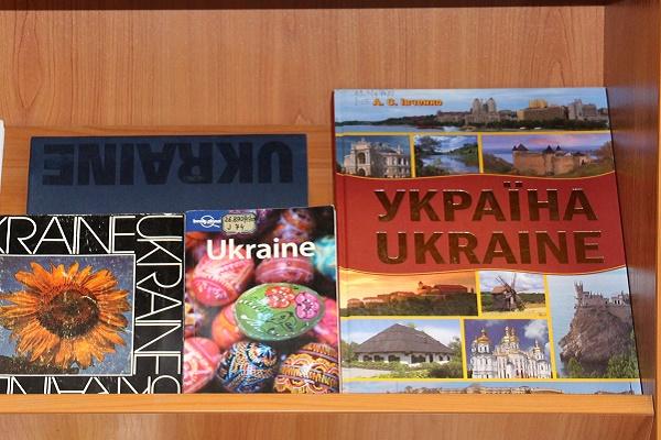 В Тернопільській обласній універсальній науковій бібліотеці відкрили виставку «З Україною в серці»