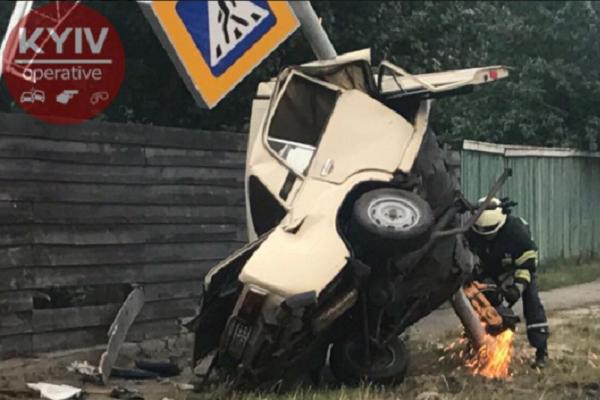 Смертельна аварія під Києвом: водій загинув, рятуючи життя інших (Відео)